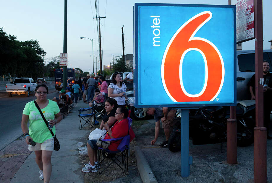 Sidewalk seats are good ones as Tejano music fans gather along Frio Street and in the Motel 6 parking lot to listen to the music at Cattleman's Square. Photo: J. Michael Short, For The Express-News / THE SAN ANTONIO EXPRESS-NEWS