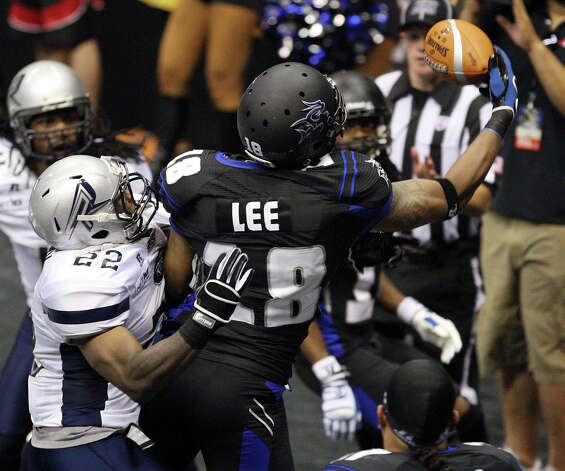San Antonio Talons'  Derek Lee catches a pass for a touchdown ahead of Chicago Rush's Semaj Moody during first half action Saturday April 28, 2012 at the Alamodome. Photo: EDWARD A. ORNELAS, Express-News / © SAN ANTONIO EXPRESS-NEWS (NFS)
