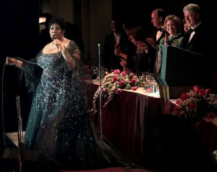 The Clintons welcome Aretha Franklin in 1999.  (PABLO MARTINEZ MONSIVAIS / AP)