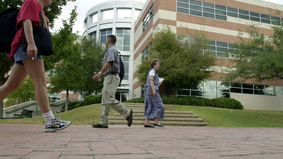 Community colleges, such as San Antonio College, attract more than half the state's higher-education students. Photo: File Photo, San Antonio Express-News / EN