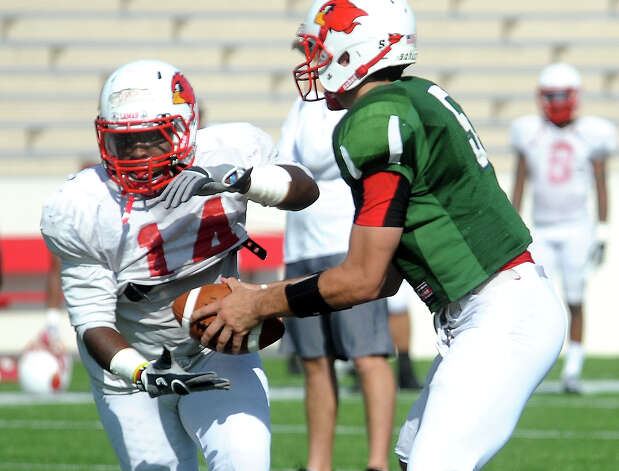 Jeremy Johnson hands off to Depauldrick Garrett during a scrimmage at Lamar University in Beaumont, Thursday April 5, 2012. Tammy McKinley/The Enterprise Photo: TAMMY MCKINLEY