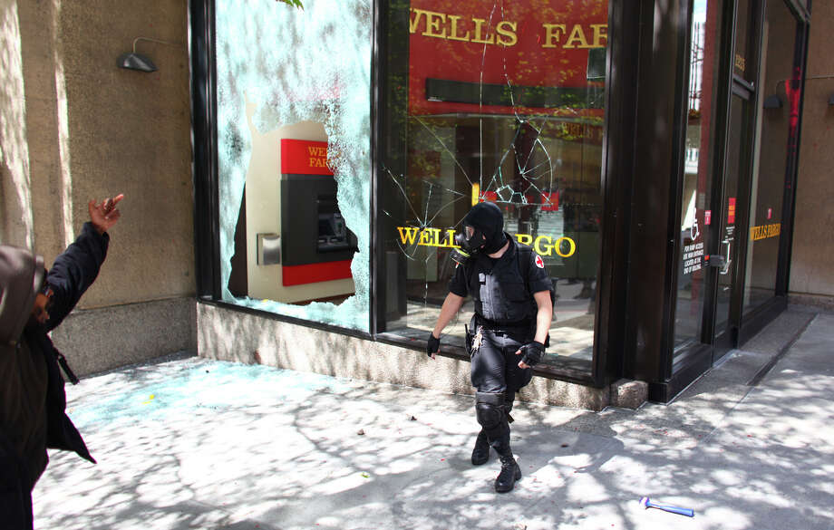 Black-clad protesters shatter windows of a Wells Fargo bank. Photo: JOSHUA TRUJILLO / SEATTLEPI.COM
