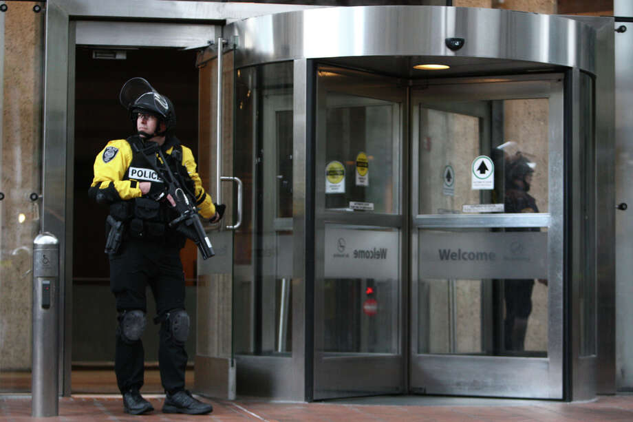 Police guard the downtown Seattle Federal Building. Photo: JOSHUA TRUJILLO / SEATTLEPI.COM