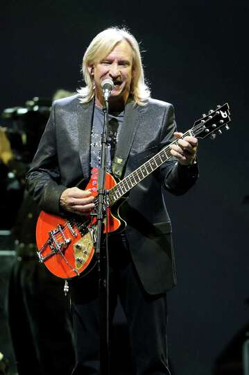 joe walsh sings and plays the guitar as the eagles play the toyota photo san. Black Bedroom Furniture Sets. Home Design Ideas
