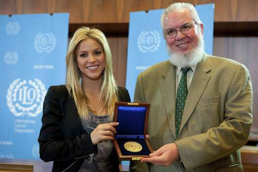 "** CORRECTS SPELLING OF INTERNATIONAL  ** Colombian singer Shakira, left, receives the award ""Social Justice for Peace"" for her support to social justice by Chilean Juan Somavia, right, Director General of the International Labour Organisation (ILO) at the ILO headquarters in Geneva, Switzerland, Wednesday, March 3, 2010. Photo: SALVATORE DI NOLFI, AP / KEYSTONE"