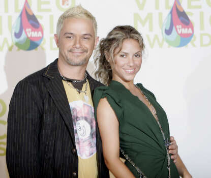 Singer Shakira and guitarist Alejandro Sanz pose backstage at the MTV Awards at the American Airlines Arena Sunday Aug. 28, 2005 in Miami. Photo: ALAN DIAZ, AP / AP