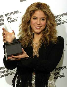 Colombian singer Shakira poses with the favorite Latin Music artist award during the 2005 American Music Awards at the Shrine Auditorium in Los Angeles November 22, 2005.   REUTERS/Chris Pizzello Photo: CHRIS PIZZELLO, REUTERS / X01787