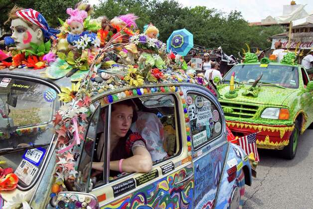 Brandi Hammons tries to navigate Fusion of Contradiction before the 2011 parade. Photo: Nick De La Torre / © 2010 Houston Chronicle