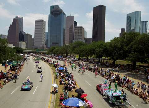 Both lanes of Allen Parkway are used to showcase the Art Cars. Photo: Nick De La Torre / © 2010 Houston Chronicle