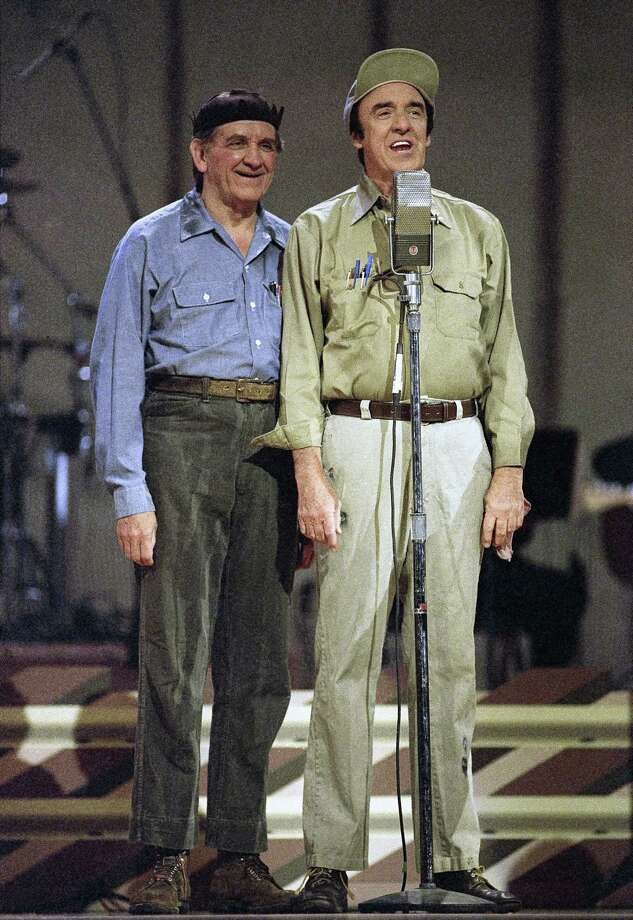 "George Lindsey (left), spent nearly 30 years as the grinning Goober on ""The Andy Griffith Show"", died at 83. / AP1992"