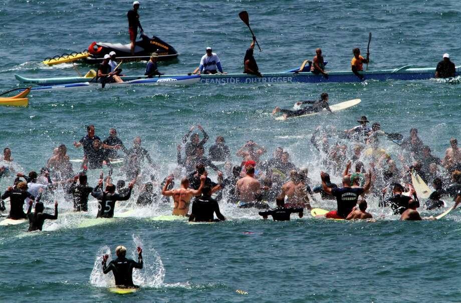 Surfers Honor Nfl Star Junior Seau Houston Chronicle