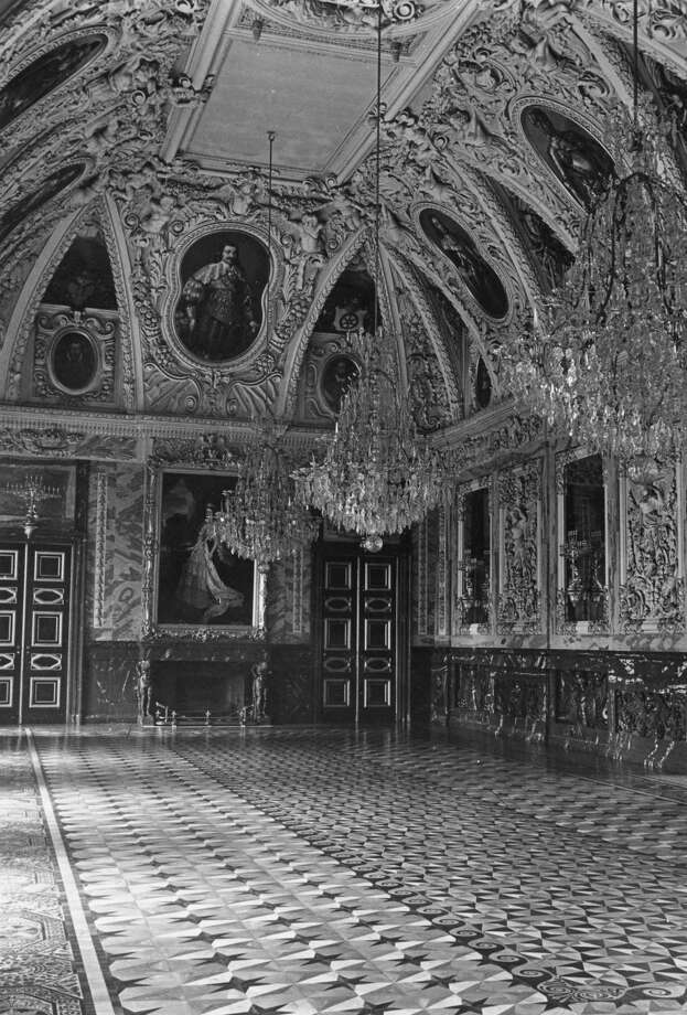 The great hall of the Leine Castle in Hanover, Germany, circa 1960. Photo: Fox Photos, Getty Images / Hulton Archive