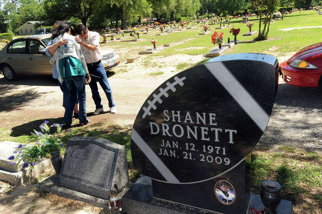 from left, Darlene Brewer, Candace Henry and Timothy Henry embrace near Shane Dronett's grave in Orange Texas. Guiseppe Barranco/The Enterprise Photo: Guiseppe Barranco / Beaumont