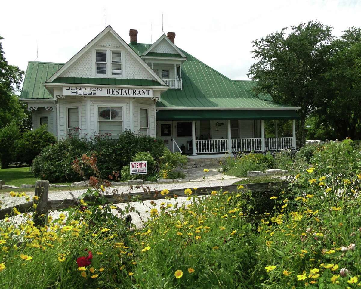 >>>Movie sets you can visit in Texas Clue: This 1974 horror film features a family of cannibals and a hulking man who has a penchant for power tools. This Kingsland Victorian house is now called Grand Central Cafe, which serves breakfast, lunch and dinner.