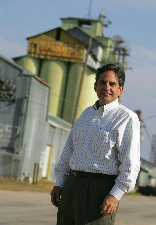 METRO - James Lifshutz poses near the old Big Tex Grain silo near Blue Star Arts Complex Thursday, February 16, 2006. BAHRAM MARK SOBHANI/STAFF Photo: BAHRAM MARK SOBHANI, SAN ANTONIO EXPRESS-NEWS / SAN ANTONIO EXPRESS-NEWS