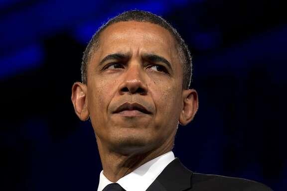 En esta fotografía del 8 de mayo de 2012, el presidente Barack Obama habla en Washington. La popularidad de Obama entre las mujeres, las minorías y los electores independientes le está dando una ventaja temprana sobre su probable rival republicano, Mitt Romney, según una nueva encuesta de Associated Press-GfK. (Foto AP/Carolyn Kaster, archivo)