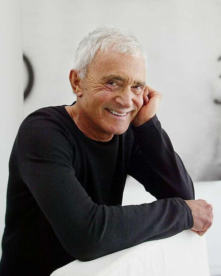 Vidal Sassoon posa en su casa de Beverly Hills, California, el 23 de abril del 2003. El afamado estilista murió el miércoles 9 de mayo del 2012. Tenía 84 años. (AP Photo/Damian Dovarganes, file) Photo: Damian Dovarganes, Associated Press