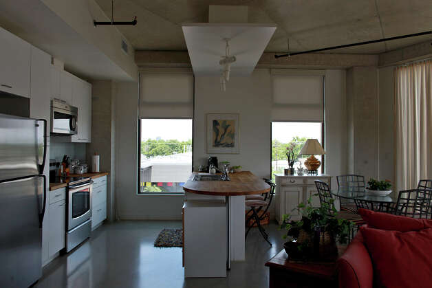 metro - The kitchen and dining area in Lynn Knapik's apartment at the Pearl Brewery  on Wednesday, May 9, 2012. Lisa Krantz/San Antonio Express-News Photo: Lisa Krantz, SAN ANTONIO EXPRESS-NEWS / SAN ANTONIO EXPRESS-NEWS