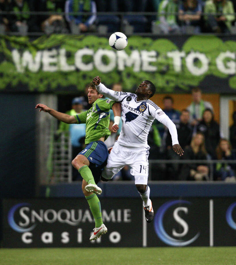 Sounder's midfielder Alex Caskey and Galaxy player Edson Buddle collide in the air. Photo: SOFIA JARAMILLO / SEATTLEPI.COM