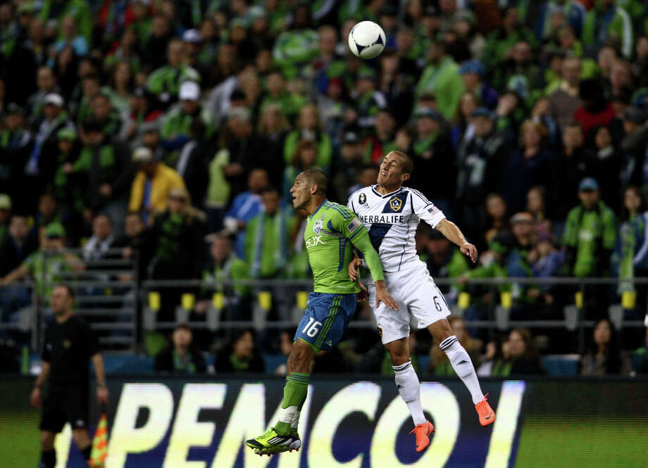Osvaldo Alonso and Galaxy player Bryan Jordan collide while heading the ball. Photo: SOFIA JARAMILLO / SEATTLEPI.COM