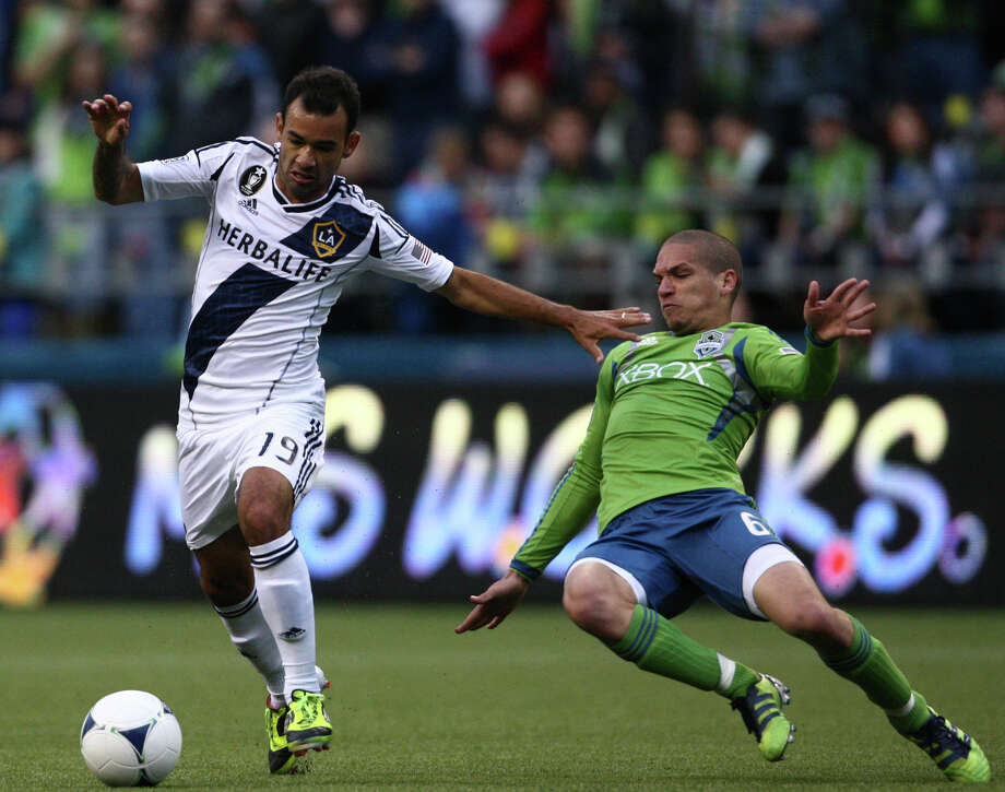 Osvaldo Alonso attempts to steal the ball from Galaxy player Juninho. Photo: SOFIA JARAMILLO / SEATTLEPI.COM