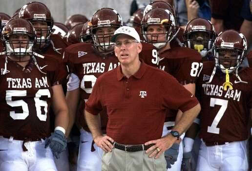 Texas A&M coach R.C. Slocum, center, prepares to lead his team onto the field before their game against Tulsa Sept. 16, 2000 in College Station, Texas. Slocum is the most successful football coach in the history of storied Texas A&M, eclipsing legendary D.X. Bible, Homer Norton and even Bear Bryant. (AP Photo/David J. Phillip) Photo: DAVID J. PHILLIP, STF / Beaumont