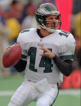 Philadelphia Eagles quarterback Ty Detmer prepares to pass in the second quarter vs. the Miami Dolphins, Sunday, Oct. 20, 1996, in Philadelphia's Veterans Stadium.  Detmer has gone from being a woozy replacement to a winning starter for the Philadelphia Eagles. (AP Photo/Tim Shaffer) Photo: Express-News