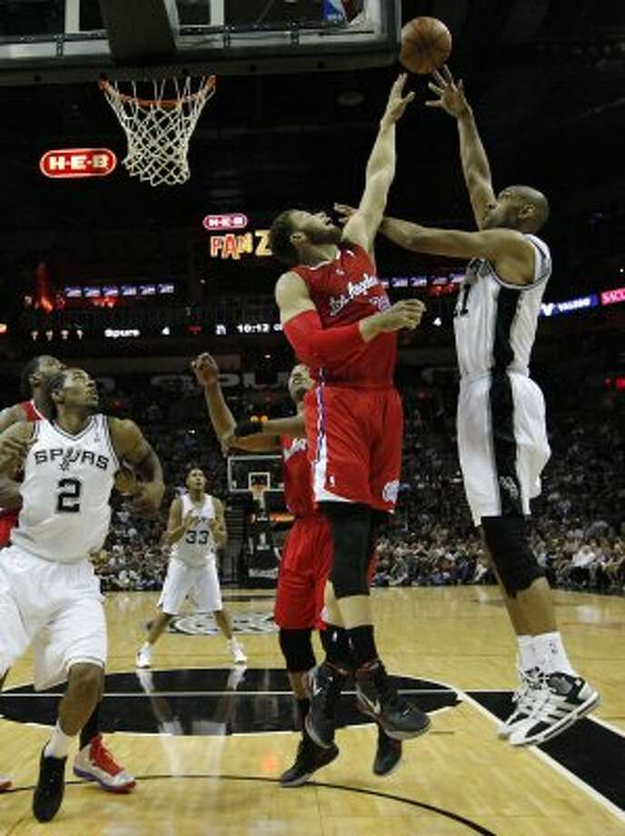 Spurs' Tim Duncan (21) shoots over Los Angeles Clippers' Blake Griffin (32) in the first half in Game 1 of the Western Conference semi-finals at the AT&T Center on Tuesday, May 15, 2012. Kin Man Hui/Express-News. (Kin Man Hui / SAN ANTONIO EXPRESS-NEWS)
