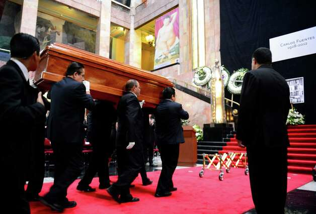 The coffin of Mexican writer Carlos Fuentes is carried upon its arrival at the Fine Art Palace on May 16, 2012 in Mexico City. Photo: ALFREDO ESTRELLA, AFP/Getty Images / AFP