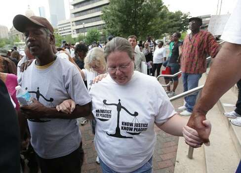 Protesters James Ridley and Samantha Williams pray. (Mayra Beltran / Houston Chronicle)