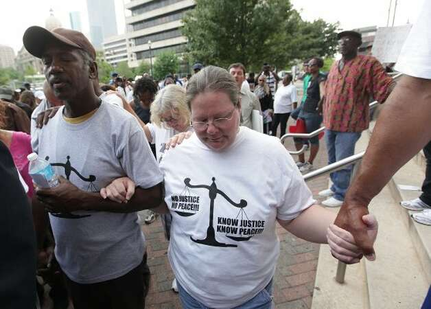 Protesters James Ridley and Samantha Williams pray. (Mayra Beltran / Houston Chronicle) / HC