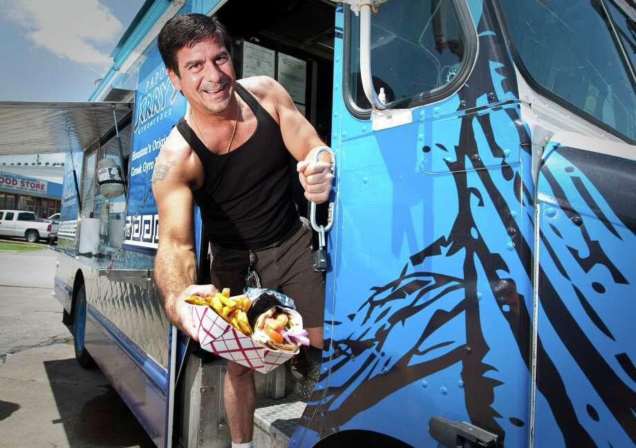Frank Markantonis, uno de los dueños del food-truck Papou Jerry?s, exhibe una de sus delicias culinarias, un gyro con la receta familiar. Photo: Nick De La Torre / © 2012  Houston Chronicle