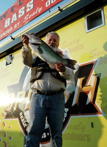 Alexandria LA angler David Jones set the bar to beat during the first hourly weigh in with his 8.51 lb bass.  He stayed in top spot until the 12-1:00 hour, then fell to a 2nd place position  photo by Patty Lenderman / Lakecaster
