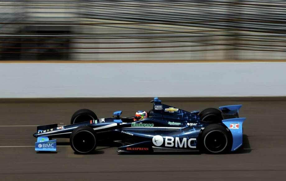 El auto del brasileño Rubens Barrichello, gira durante una de las pruebas en el Motor Speedway de Indianápolis, el jueves 10 de mayo. Photo: Michael Conroy / AP