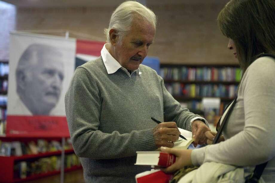 Un mexicano universal: el escritor Carlos Fuentes firma uno de sus libros en febrero en Bogotá. Fuentes falleció el martes pasado, a los 83 años. Photo: EITAN ABRAMOVICH / AFP