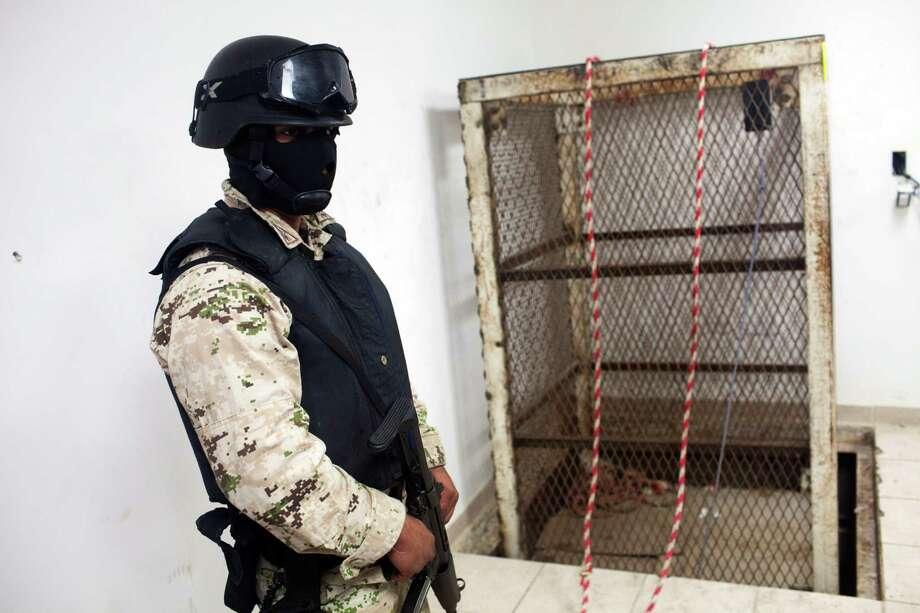 Los cárteles mexicanos tienen diferentes métodos para hacer llegar su mercancía a EE.UU., como este túnel descubierto el año pasado en Tijuana. Photo: Alex Cossio / AP
