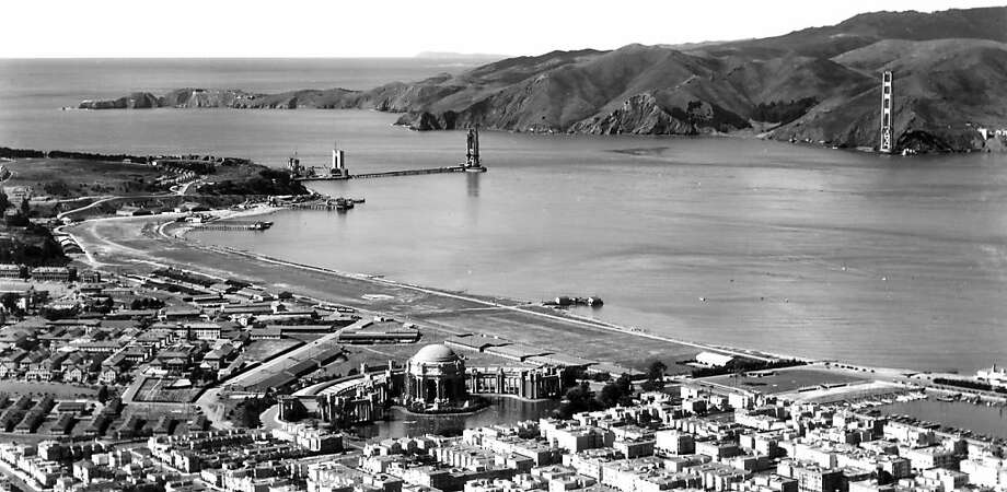 Two completed towers of the Golden Gate Bridge before the installation of the strait. Photo: Www.goldengate75.org