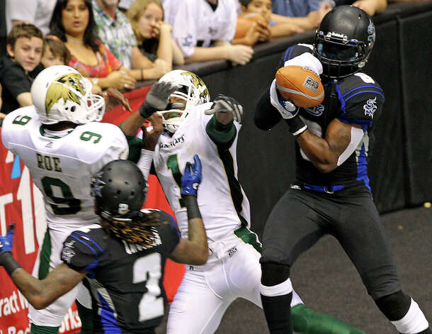 Talons defender Fred Shaw picks off a pass in the end zone and returns the length of the field for a touchdown as the San antonio Talons play the San Jose Sabercats  on May 19, 2012.  Tom Reel/ San Antonio Express-News Photo: TOM REEL, Express-News / San Antonio Express-News