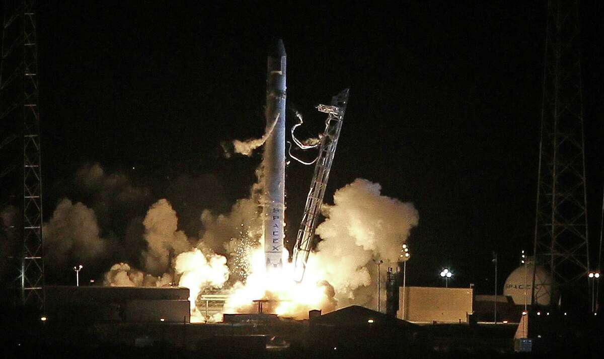 A Falcon 9 rocket carrying the Dragon spacecraft blasts off, Tuesday, May 22, 2012, from Complex 40 at Cape Canaveral Air Force Station. SpaceX is the first private company to build a rocket for a mission to the International Space Station. (Red Huber/Orlando Sentinel/MCT)