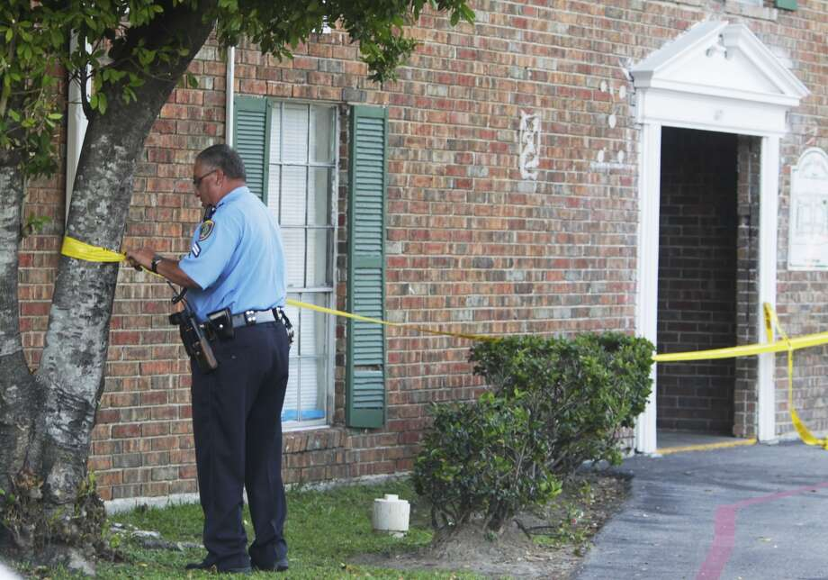 Houston police investigate the fatal shooting of a man found on a sidewalk early Tuesday morning in the Heights. Photo: Mayra Beltran, Houston Chronicle