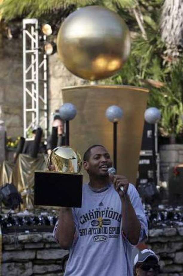 San Antonio Spurs Robert Horry addresses the crowd at the Arneson Theater during aparade down the Riverwalk in celebration of their fourth NBA Championship title on Sunday, June, 17, 2007.  ( JERRY LARA STAFF ) (SAN ANTONIO EXPRESS-NEWS)