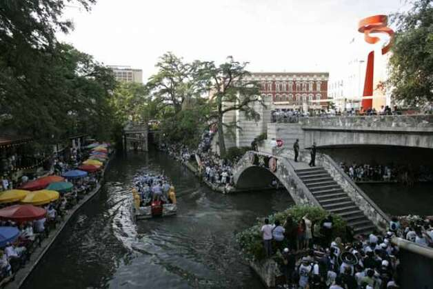 METRO - Barges pass fans during the Spurs NBA Championship river parade on Sunday, June 17, 2007. Lisa Krantz/STAFF (SAN ANTONIO EXPRESS-NEWS)