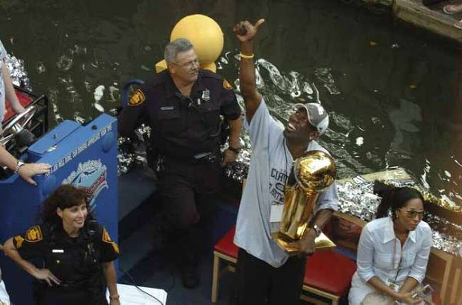 Michael Finley gives a fan the thumbs up during the  San Antonio Spurs 2007 Championship River Parade Sunday, June 17, 2007. The fan was on a balcony at the Hilton with a sign that read Muddy Water=4 Mark Cuban=0 GLORIA FERNIZ/STAFF (SAN ANTONIO EXPRESS-NEWS)