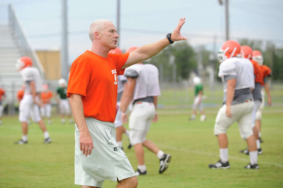 Orangefield's new head  football coach Brian Huckabay works with his players during a team practice on Tuesday.  August 18, 2009.  Valentino Mauricio/The Enterprise Photo: Valentino Mauricio / Beaumont