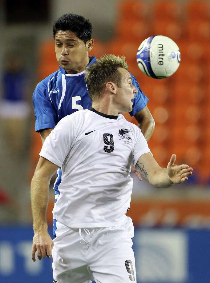 Shane Smeltz, of New Zealand (9), wins a header as Victor Samuel Turcios Pacheco defends during the first half of an international friendly game, Wednesday, May 23, 2012, in BBVA Compass Stadium in Houston. Photo: Nick De La Torre, Houston Chronicle / © 2012  Houston Chronicle