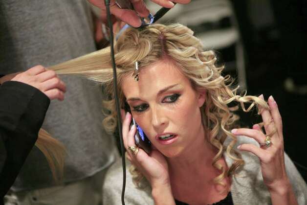 Tinsley Mortimer prepares backstage before the Heatherette show at the Spring 2007 Fashion Week in New York City September 12, 2006. REUTERS/Eric Thayer (UNITED STATES) Photo: ERIC THAYER / X02070