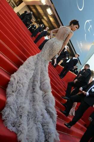 "A dress train for days: Actress Eva Longoria poses on the red carpet before the screening of ""Moonrise Kingdom"" and the opening ceremony of the 65th Cannes Film Festival. (AFP/Getty Images) / AL"