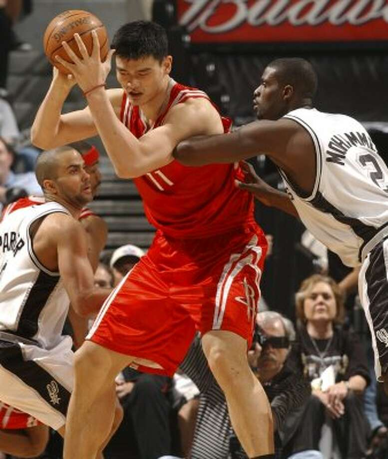 Spurs Nazr Mohammed puts defensive pressure on Rockets Yao Ming in the third quarter Sunday March 12, 2006. GLORIA FERNIZ/STAFF (GLORIA FERNIZ / SAN ANTONIO EXPRESS-NEWS)