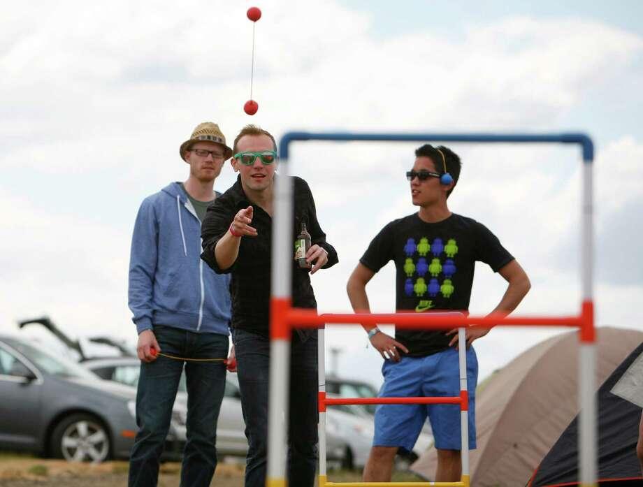 Concert attendees play ladderball. Photo: SOFIA JARAMILLO / SEATTLEPI.COM