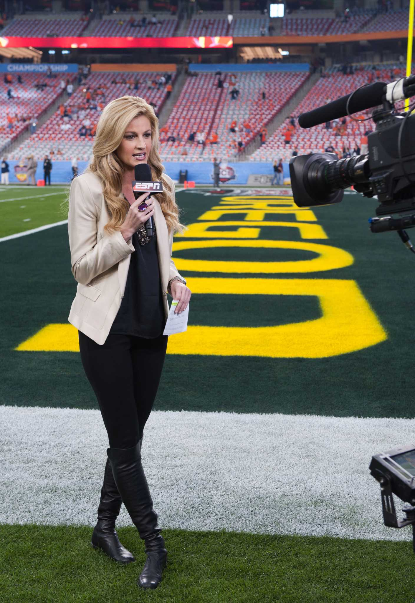 erin andrews espn bcs broadcast sportscasters reporter female championship anchor stadium university phoenix sideline oregon sidelines picking cable bowl wear